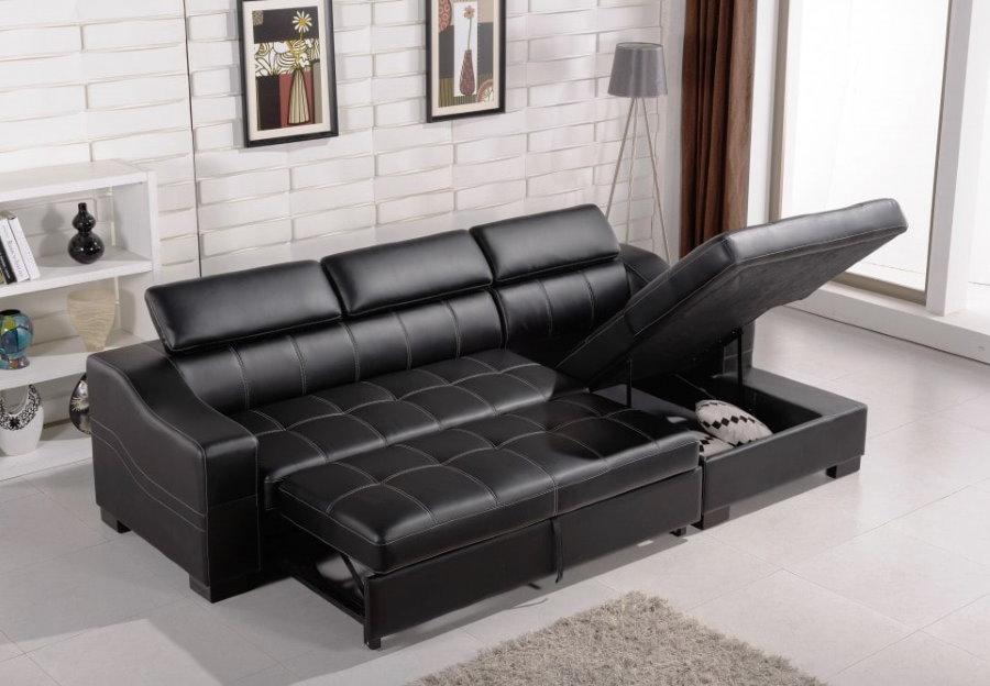 Черный диван раскладной конструкции в зале квартиры