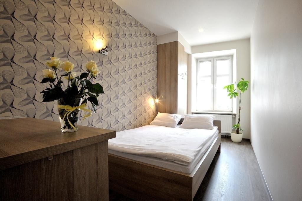 Интерьер узкой спальни в хрущевке панельного дома