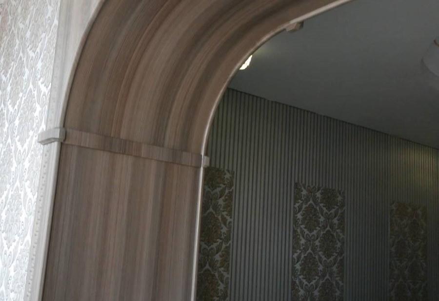 Декор свода арки ПВХ-панелями с имитацией дерева