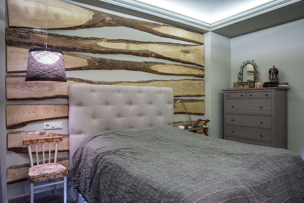 Декор досками стены над кроватью в серой спальне