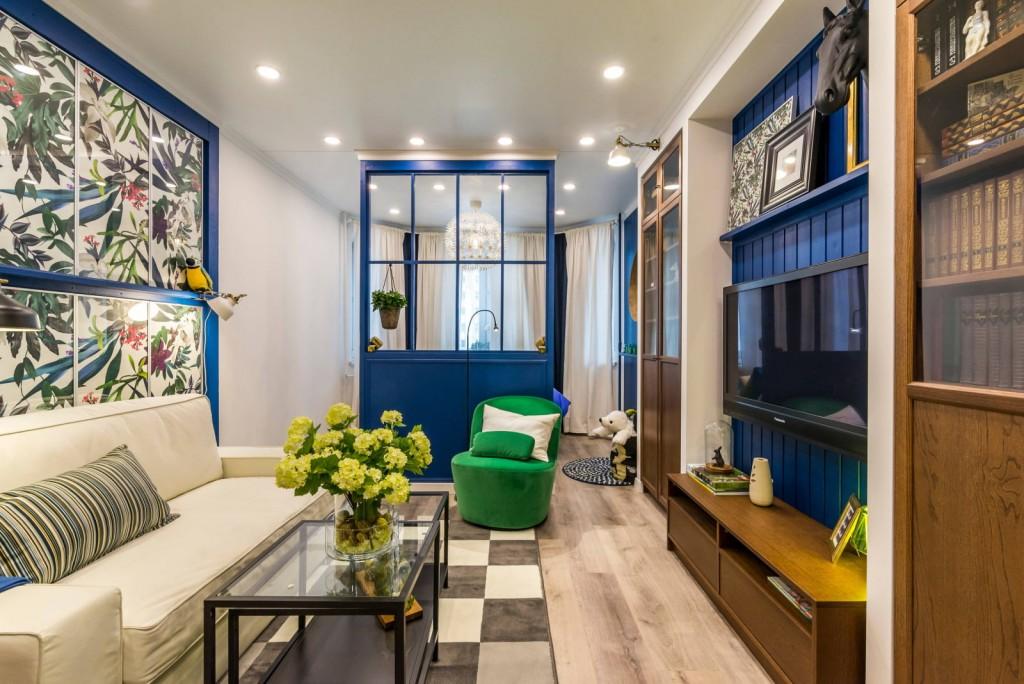 Синяя перегородка в квартире хрущевского дома