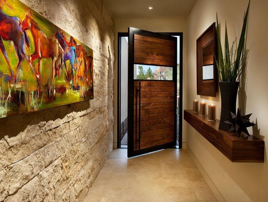 Декор узкого коридора с деревянной дверью