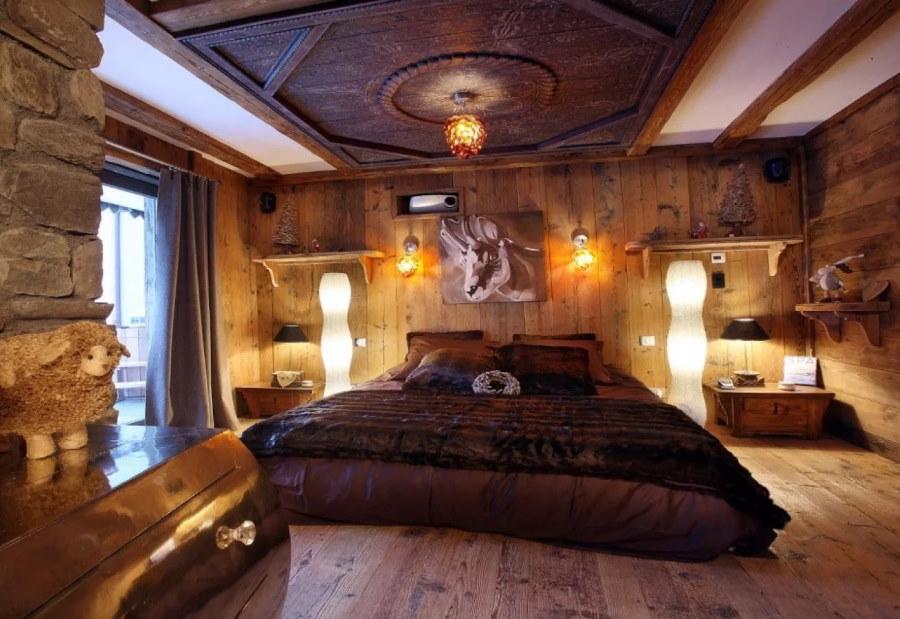 Декор потолка спальни в деревянном доме