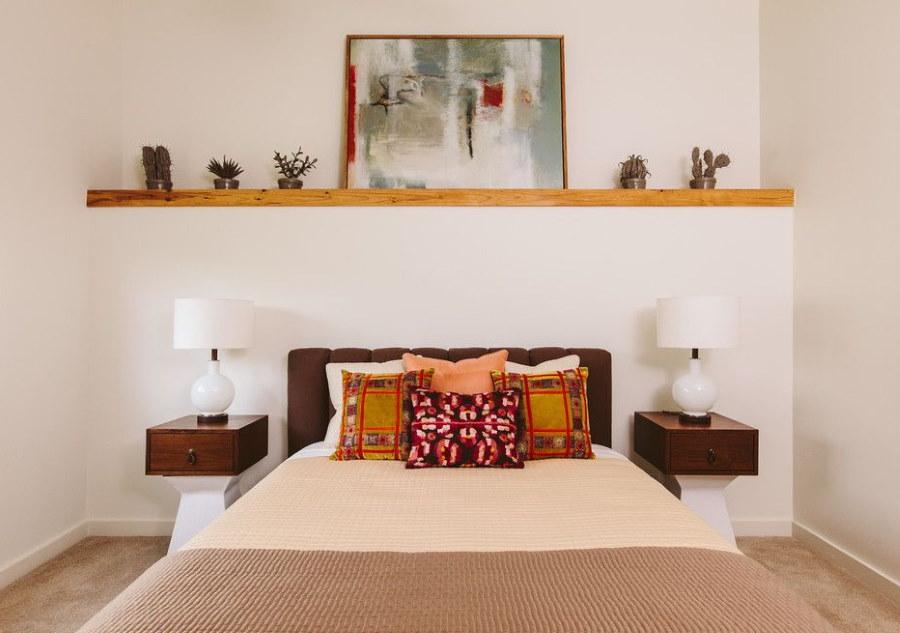 Декоративная полка из дерева в спальной комнате