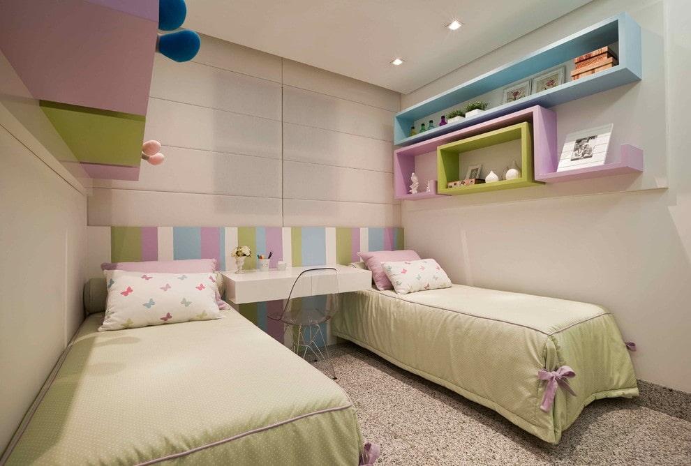 Стильные полочки над детской кроватью