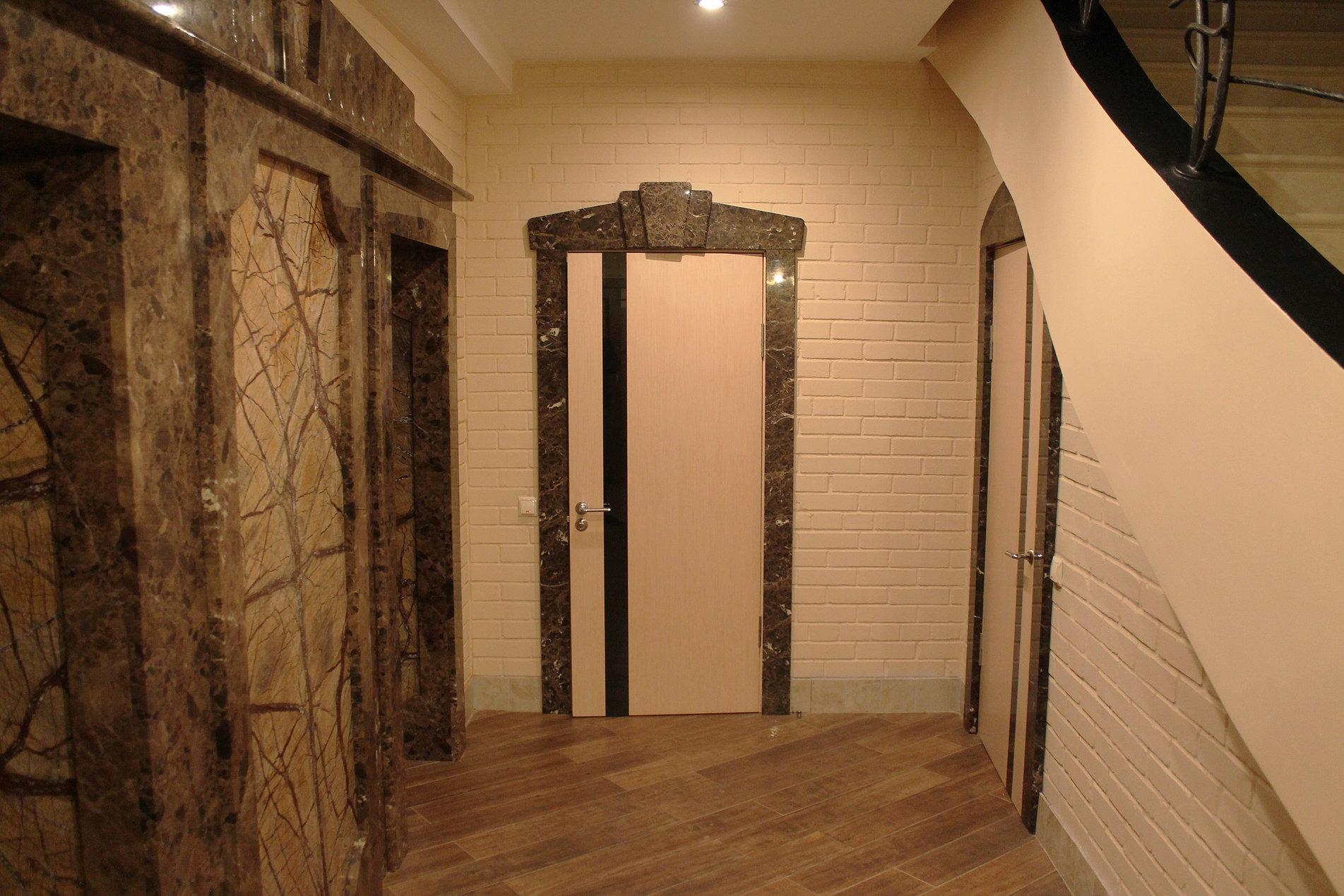 декоративный камень в интерьере прихожей агломерат