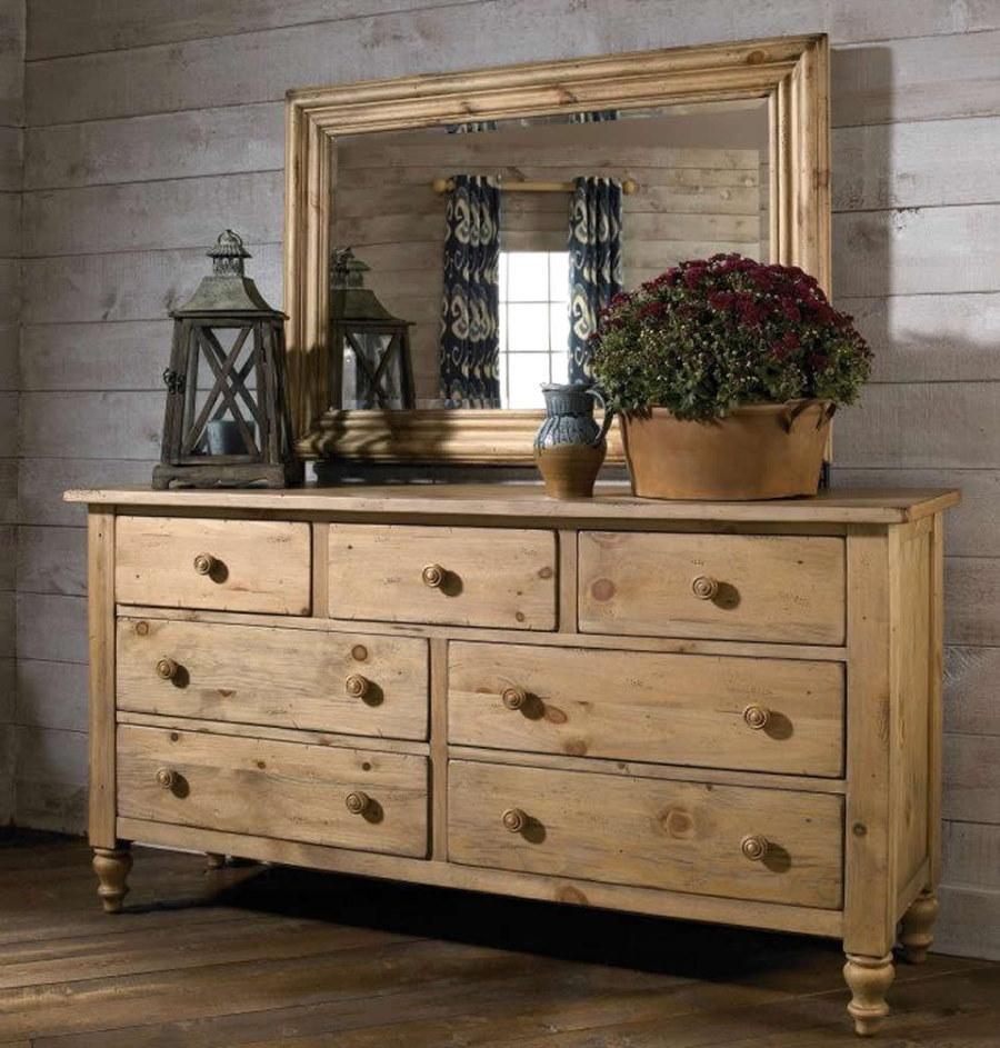Зеркало над деревянным комодом в спальне частного дома