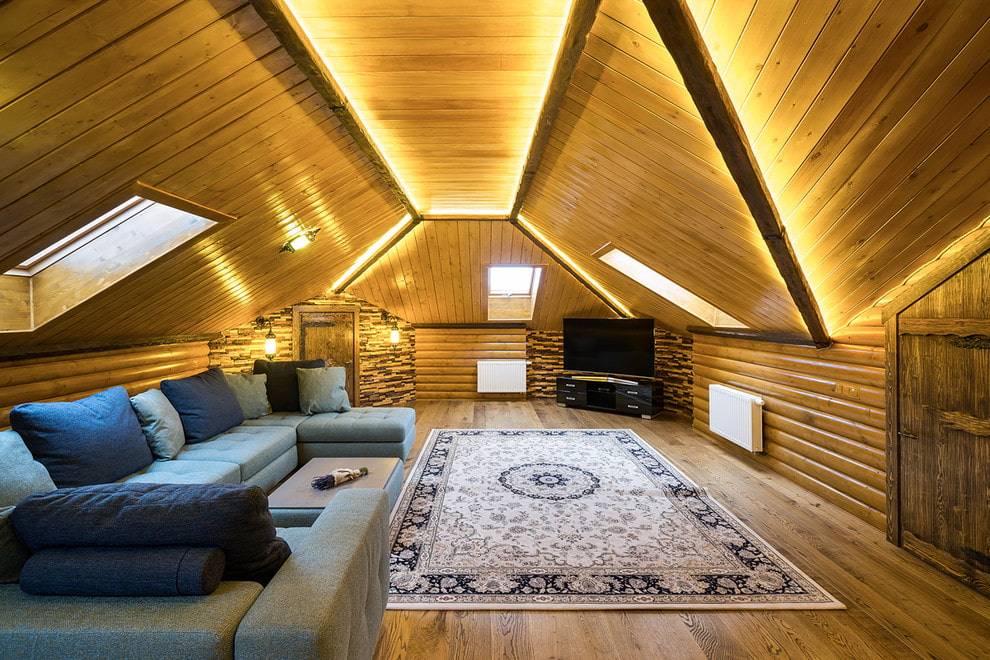 Освещение в мансардной комнате с деревянным потолком