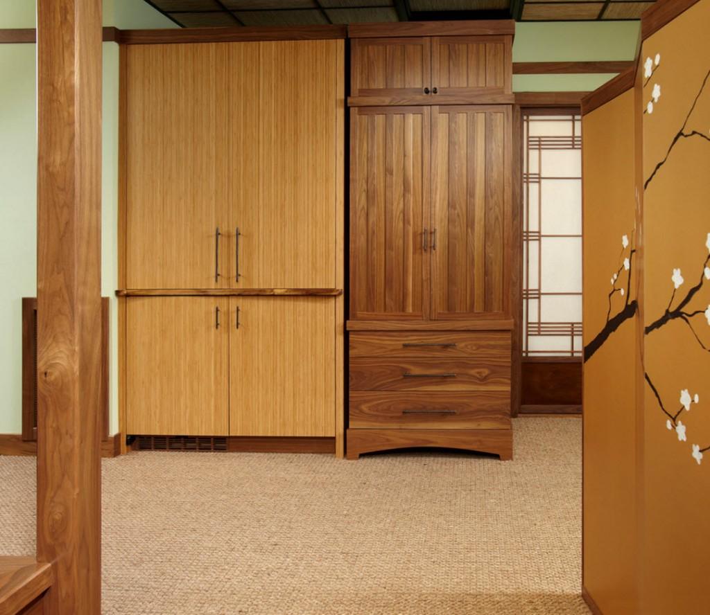 Деревянные шкафы в комнате японского стиля