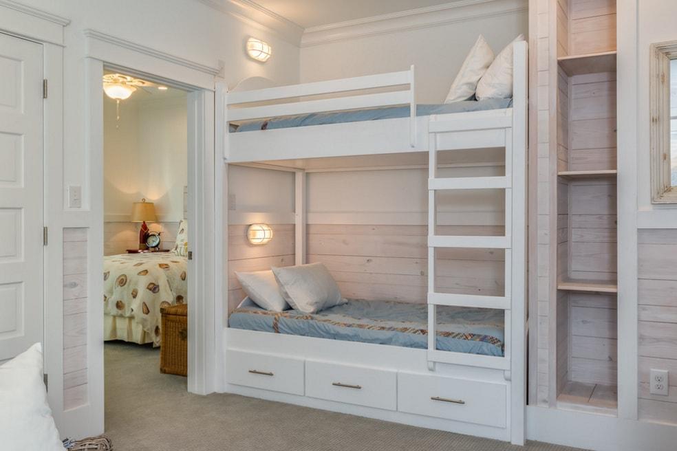 Деревянная кровать с двумя ярусами в детской комнате