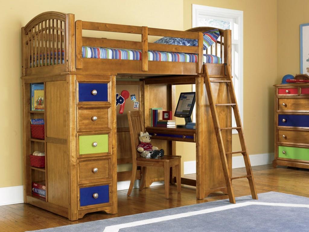Кровать-чердак из натурального дерева в современном стиле