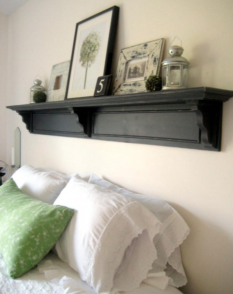 Черная полочка из дерева над кроватью