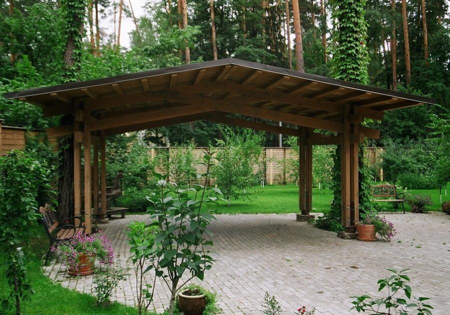 Деревянный навес с двускатной крышей