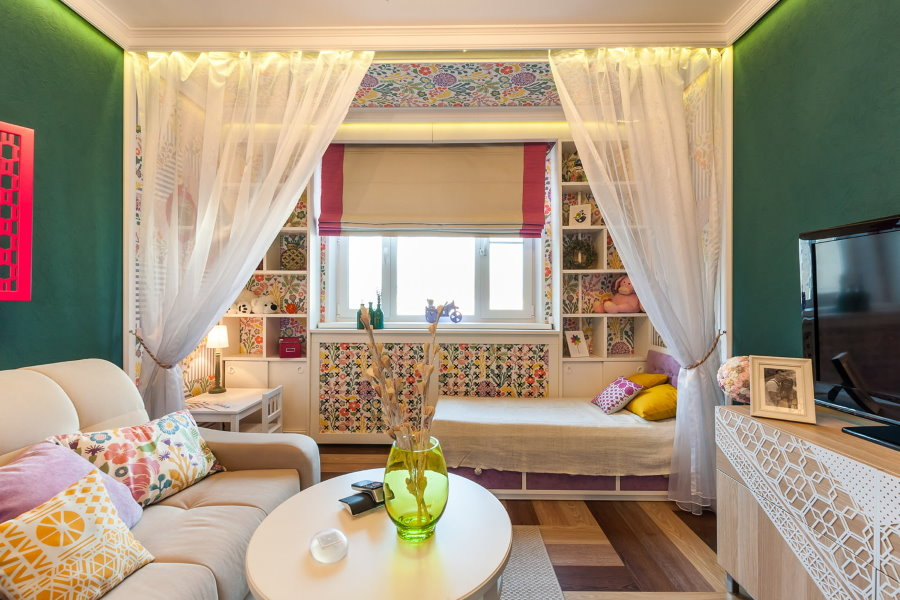 Детская кровать около окна в гостиной комнате