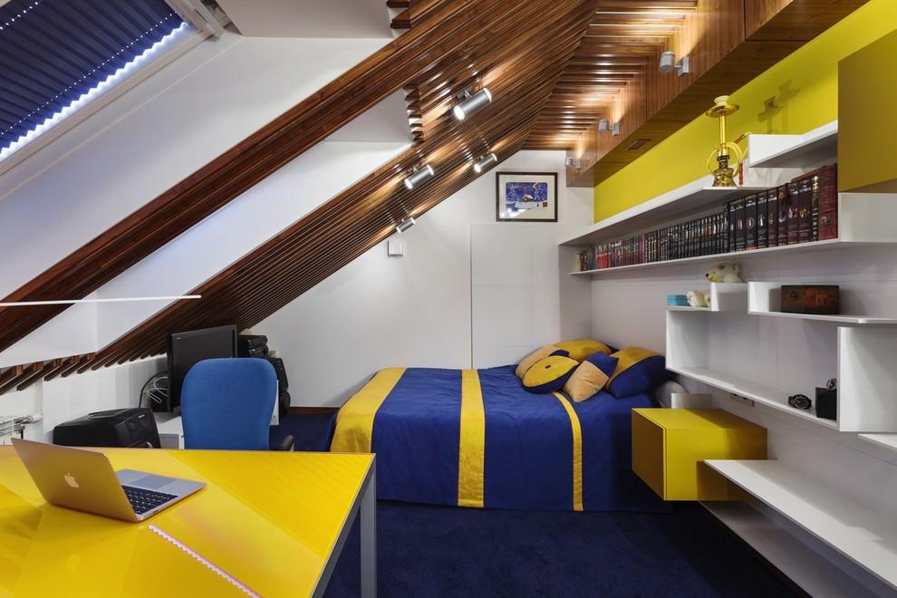 Интерьер подростковой комнаты в мансарде дачного домика