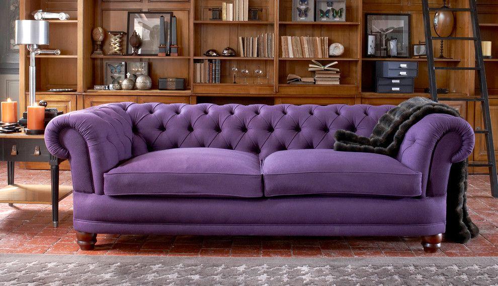 Темно-сиреневый диван в гостиной английского стиля