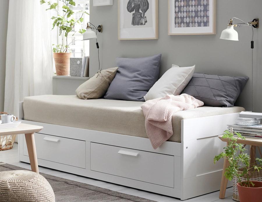 Деревянный диван-кушетка белого цвета