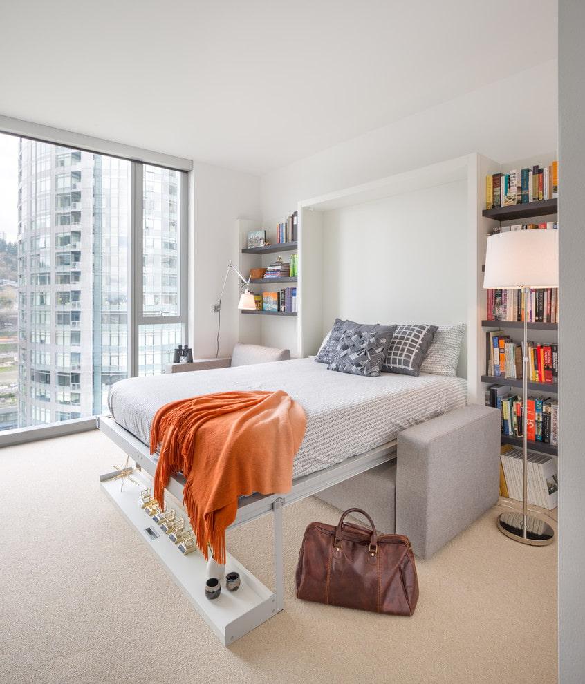Диван-трансформер в комнате с панорамным окном