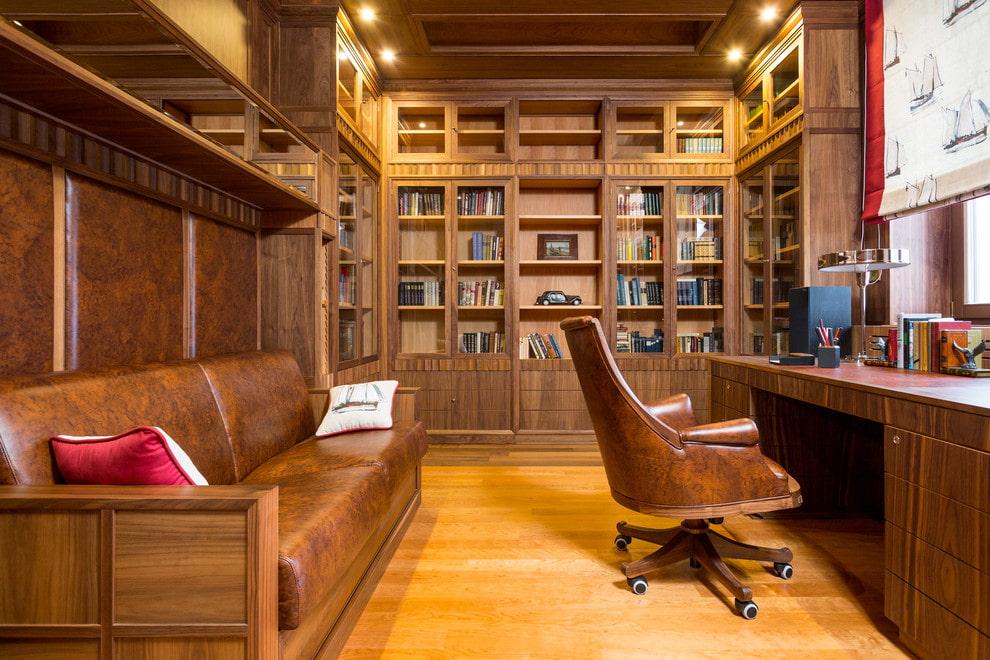 Раскладной диван в кабинете частного дома
