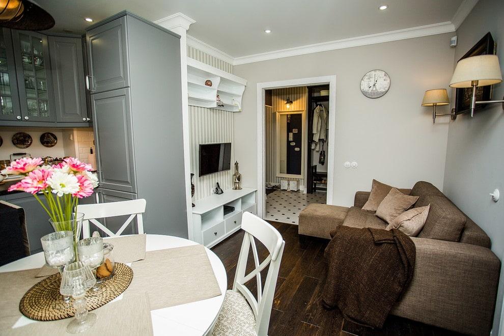 Угловой диван в кухне-гостиной со светлой отделкой