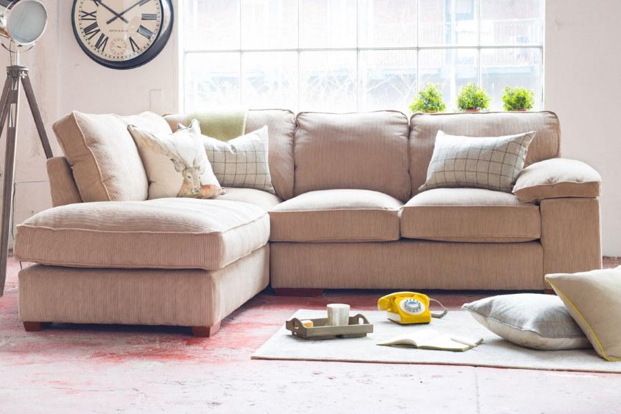 Угловой диван в гостиной маленькой площади