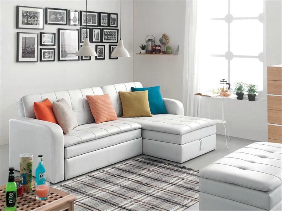 Светлый диван в комнате небольшого размера