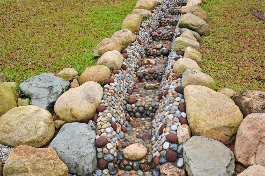 Дренажная система с камнями