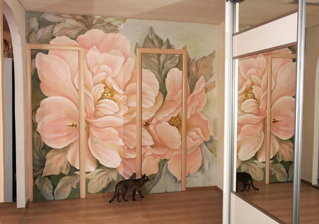 двери в зал с росписью