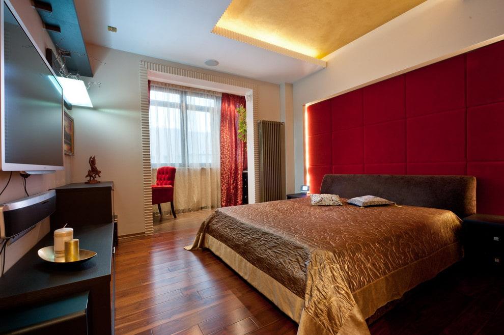 Двухцветный потолок в интерьере спальни