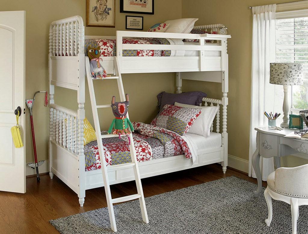 Белая двухъярусная кровать в комнате для двоих детей