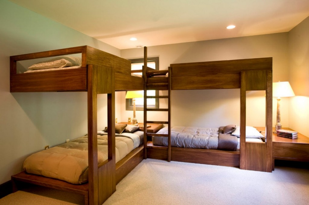 Деревянные кровати в комнате для четырех детей