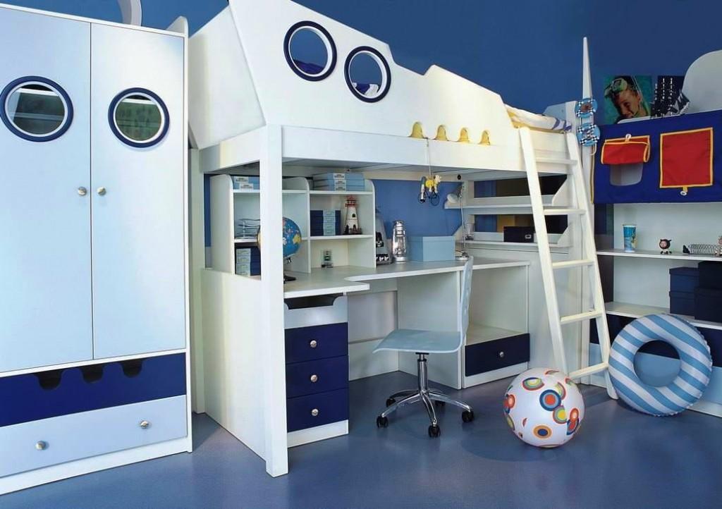 Двухъярусная кровать в детской комнате морского стиля