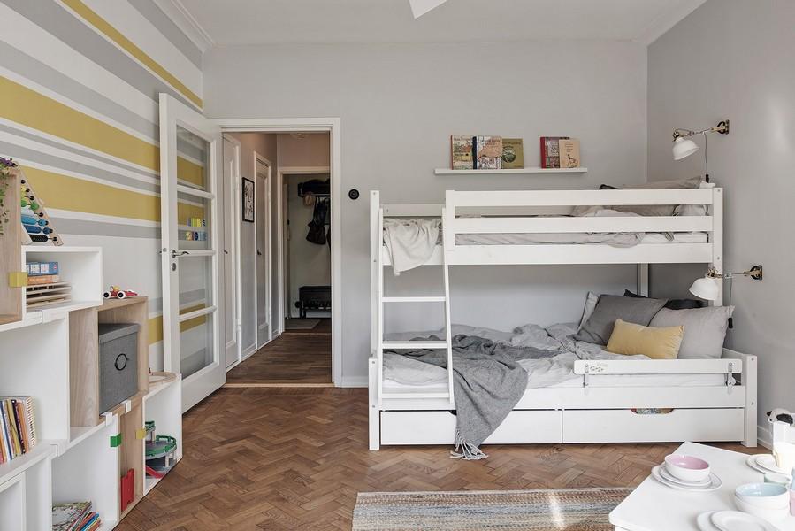 Белая кровать в два яруса в комнате мальчиков