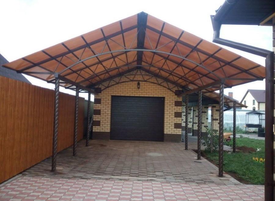 Двускатный навес перед гаражом на загородном участке