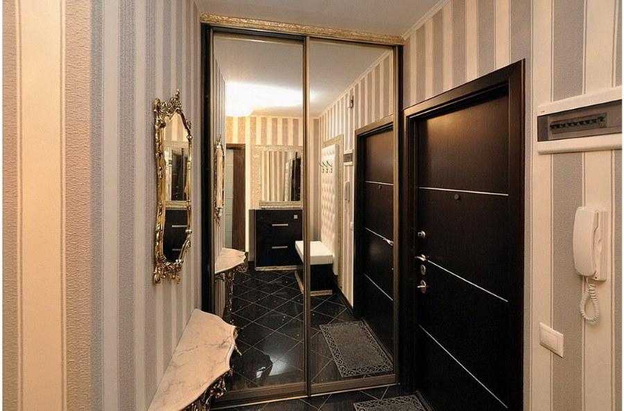 Зеркальный шкаф-купе в узком коридоре брежневки