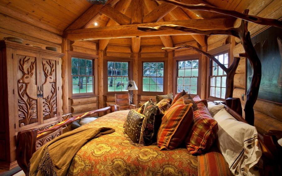 Спальня с эркером в срубовом доме