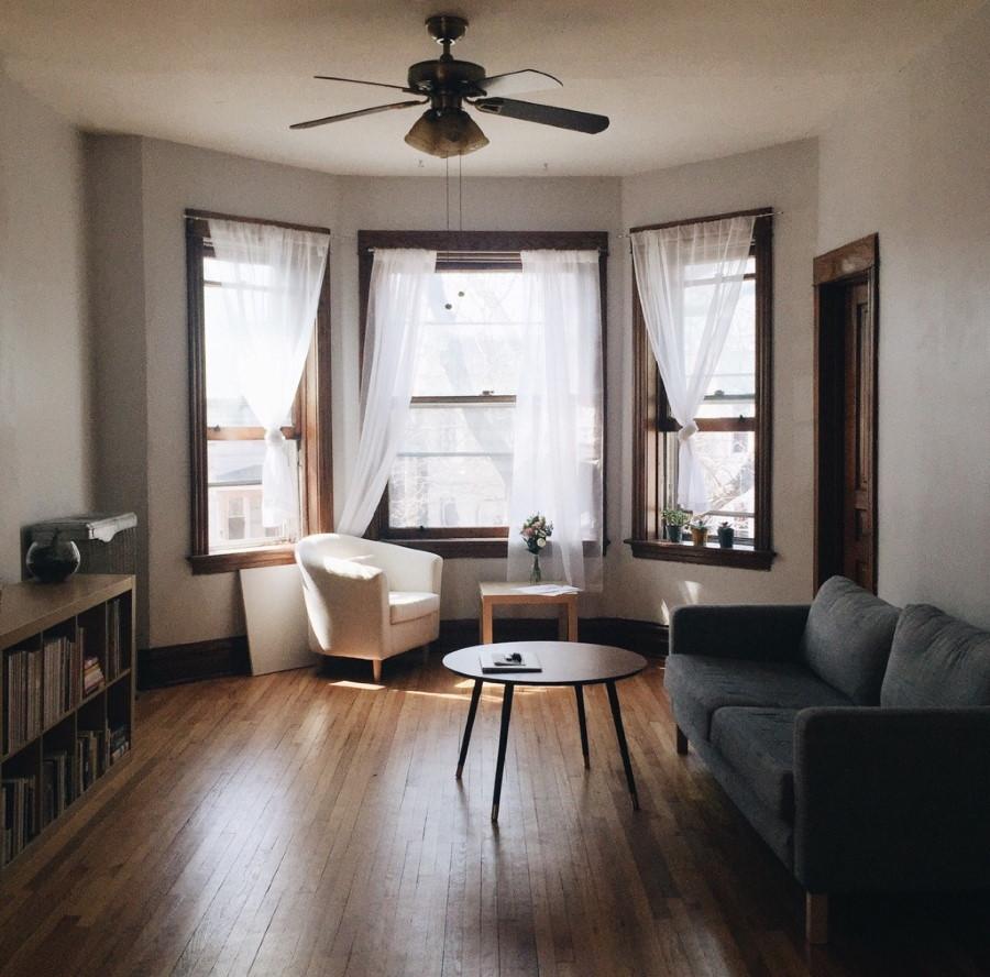 Светлые занавески в квартире с эркером