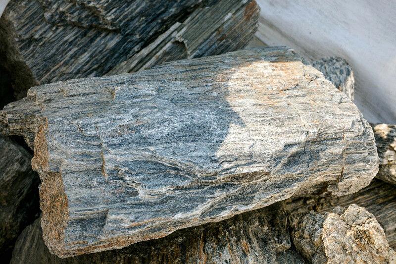Слоистая фактура натурального камня гнейс