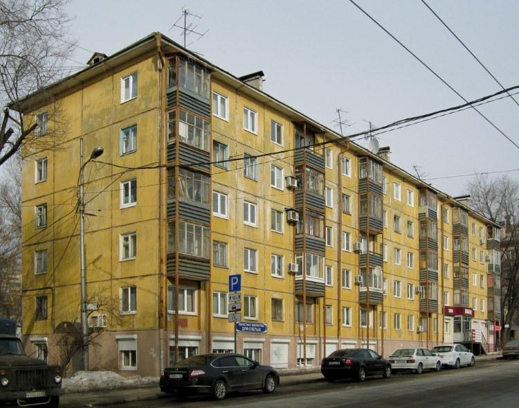 Желтый фасад панельной хрущевки с 3 подъездами