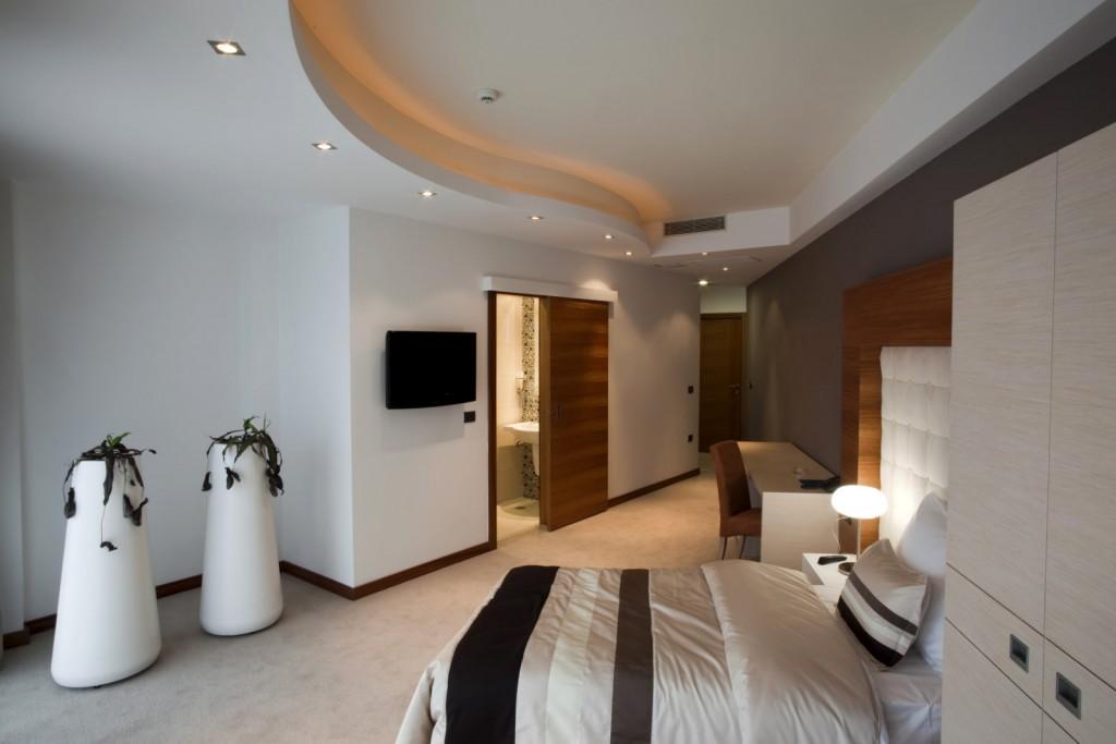 Интерьер спальни с фигурным потолком
