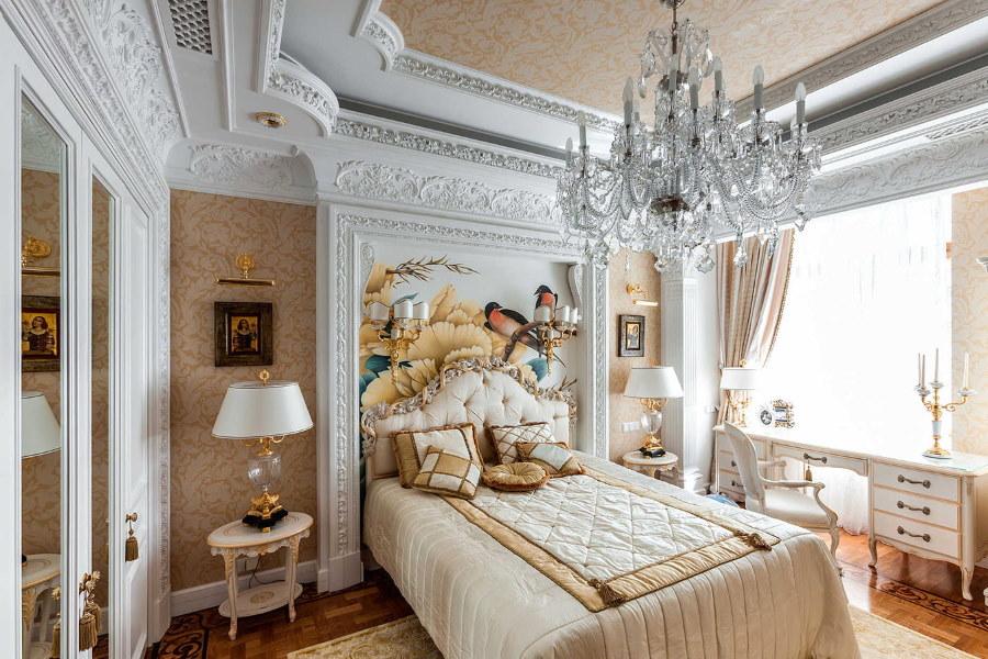 Гипсокартоный потолок в спальне классического стиля