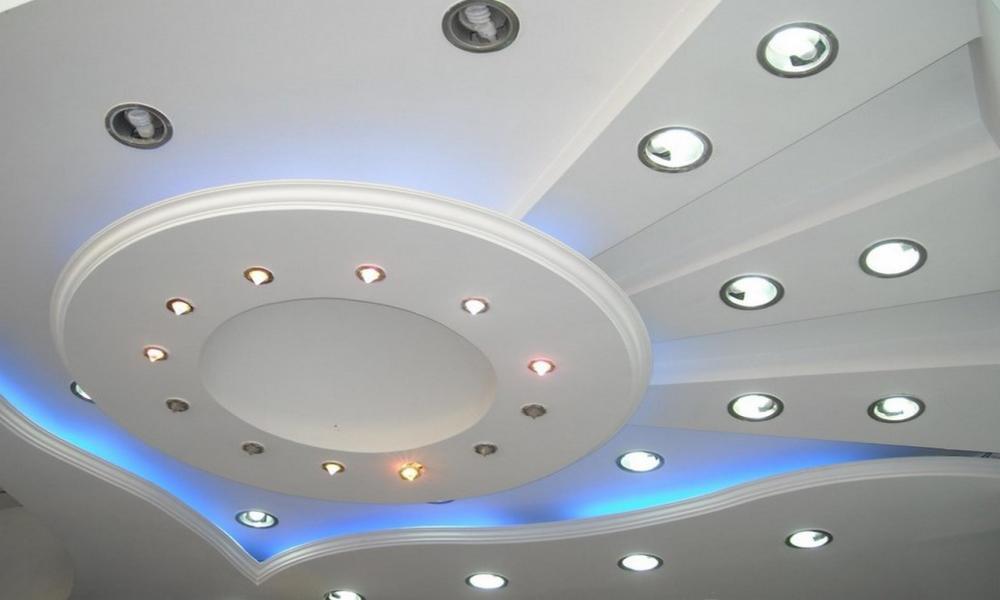 Встроенные светильники на фигурном потолке из гипсокартона