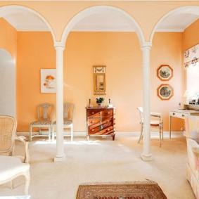 Светло-оранжевые стены в зале с арками