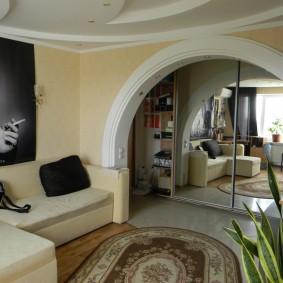 Небольшой зал с асимметричной аркой