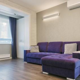 Угловой диван с фиолетовой обивкой