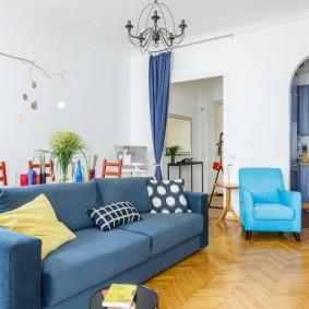 Синий диван на паркетном полу
