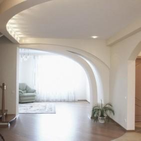 Фигурная арка из гипсокартона в холле с лестнийей