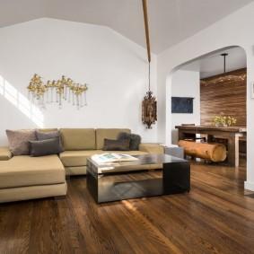 Деревянный пол в зале с крашенными стенами