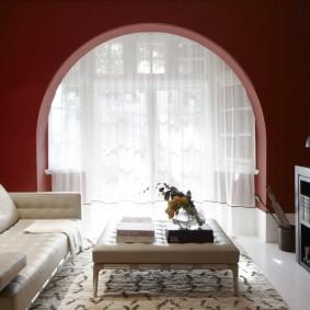 Светлый пол в зале с круглой аркой