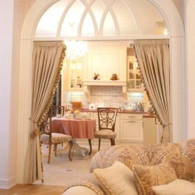 Дверной проем с плотными шторами